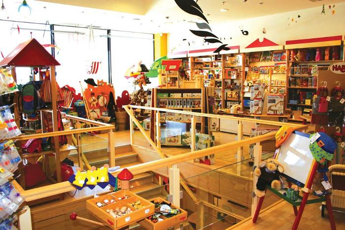 Зал магазина деревянных игрушек