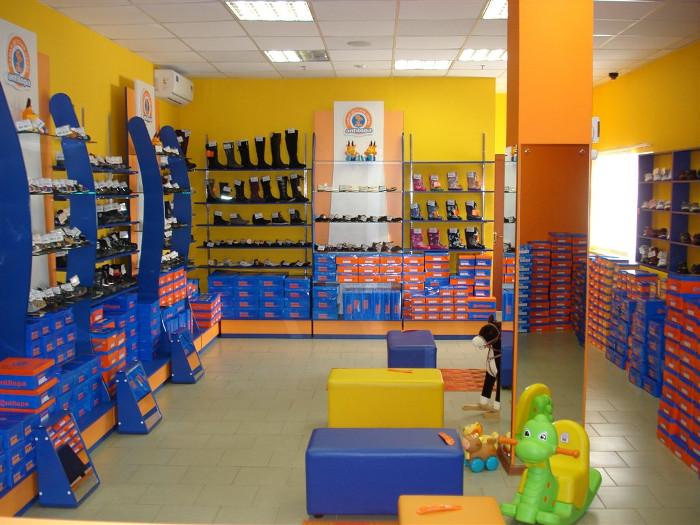 Зал магазина детской обуви