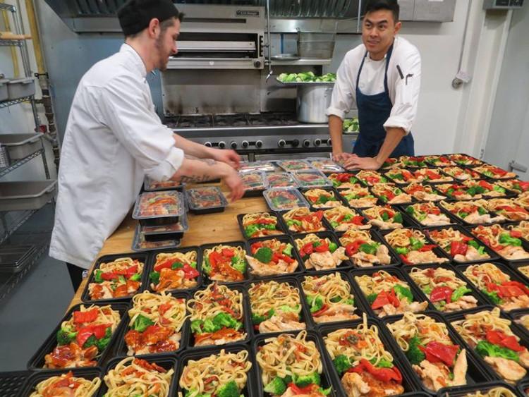 Приготовление комплектов еды для доставки.