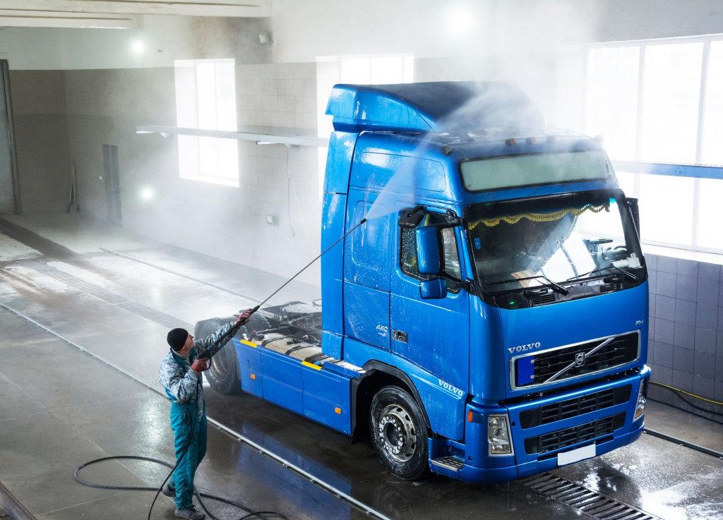 Сколько человек необходимо для работы на оборудовании для грузовой мойки?