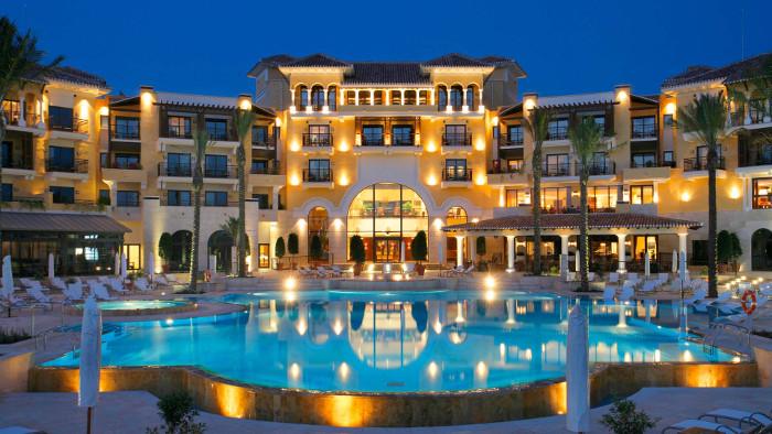 Гостиница с бассейном.