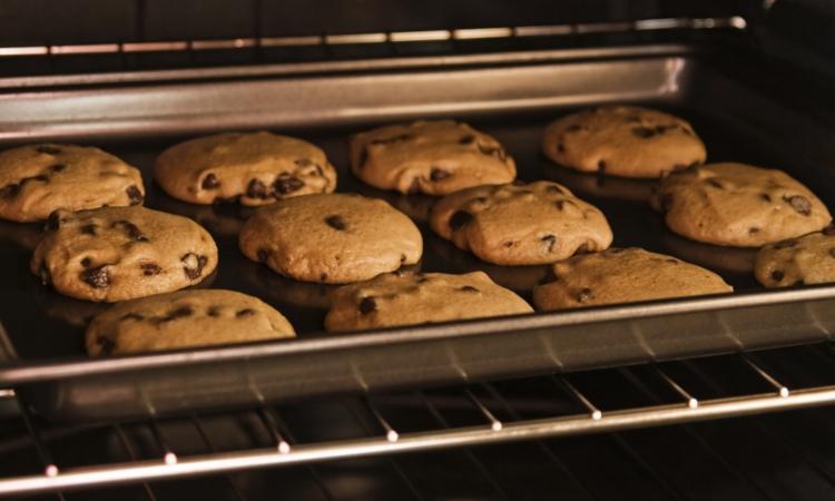 Стеллажная печь с печеньем.