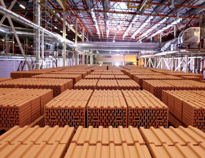 Производство строительных материалов в цеху.