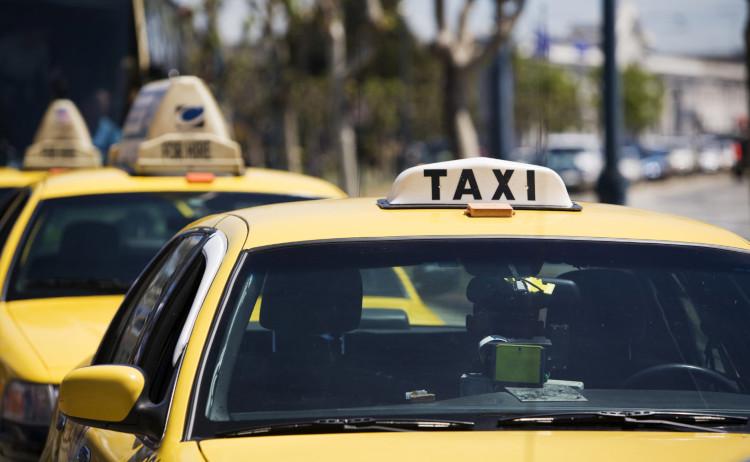 Такси с шашечками на крыше