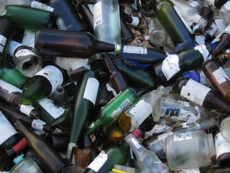 Стеклобой и стеклянные бутылки на мусорной свалке