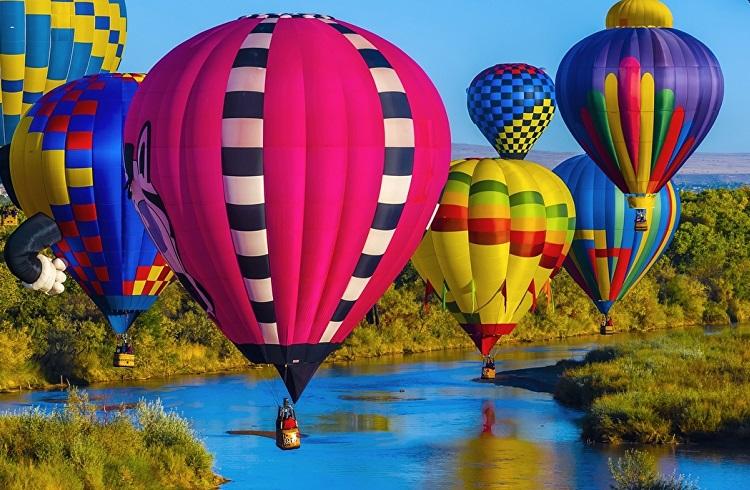 Воздушные шары над рекой