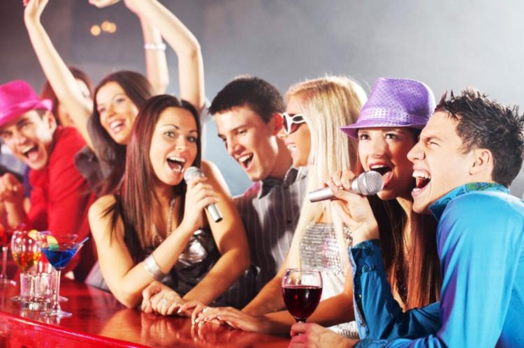 Люди в караоке-баре