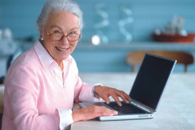 Пенсионерка работает с компьютером