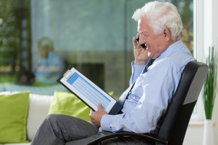 Пенсионер с планшетом онлайн