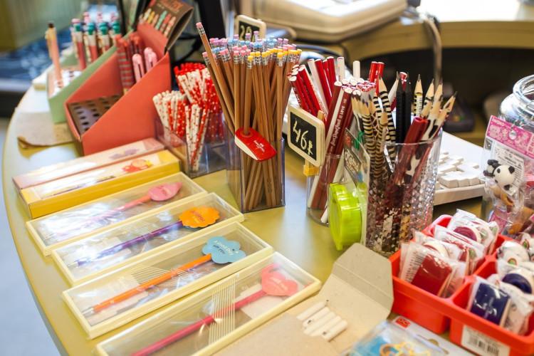 Раскладка товаров в магазине канцтоваров