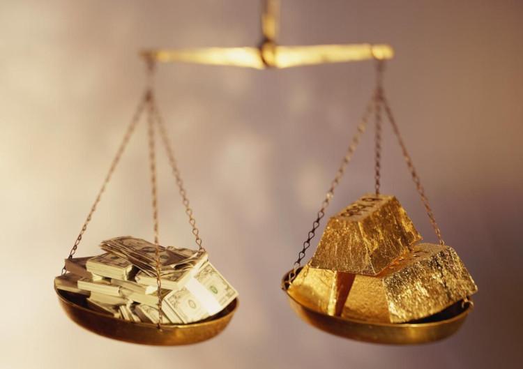 Весы с деньгами и золотом