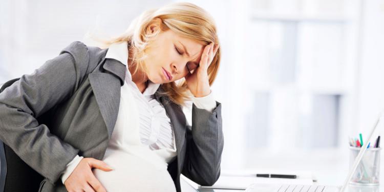 Беременная сотрудница на работе